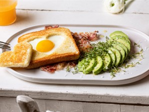ham-and-egg-herztoast-mit-avocado